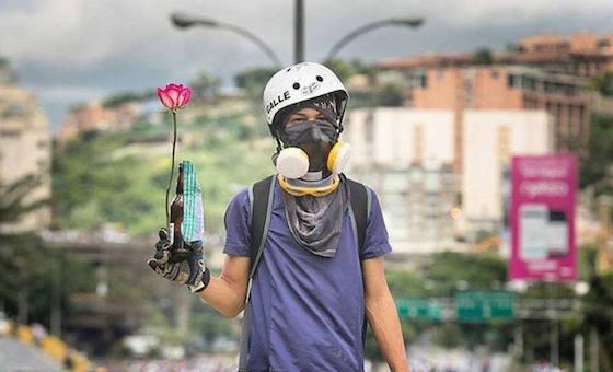 Funcionarios del gobierno desalojan a personas que pintaban mural de Neomar Lander en Guarenas