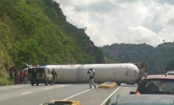 Gandola Pdvsa Gas se volcó en la autopista Caracas-La Guaira