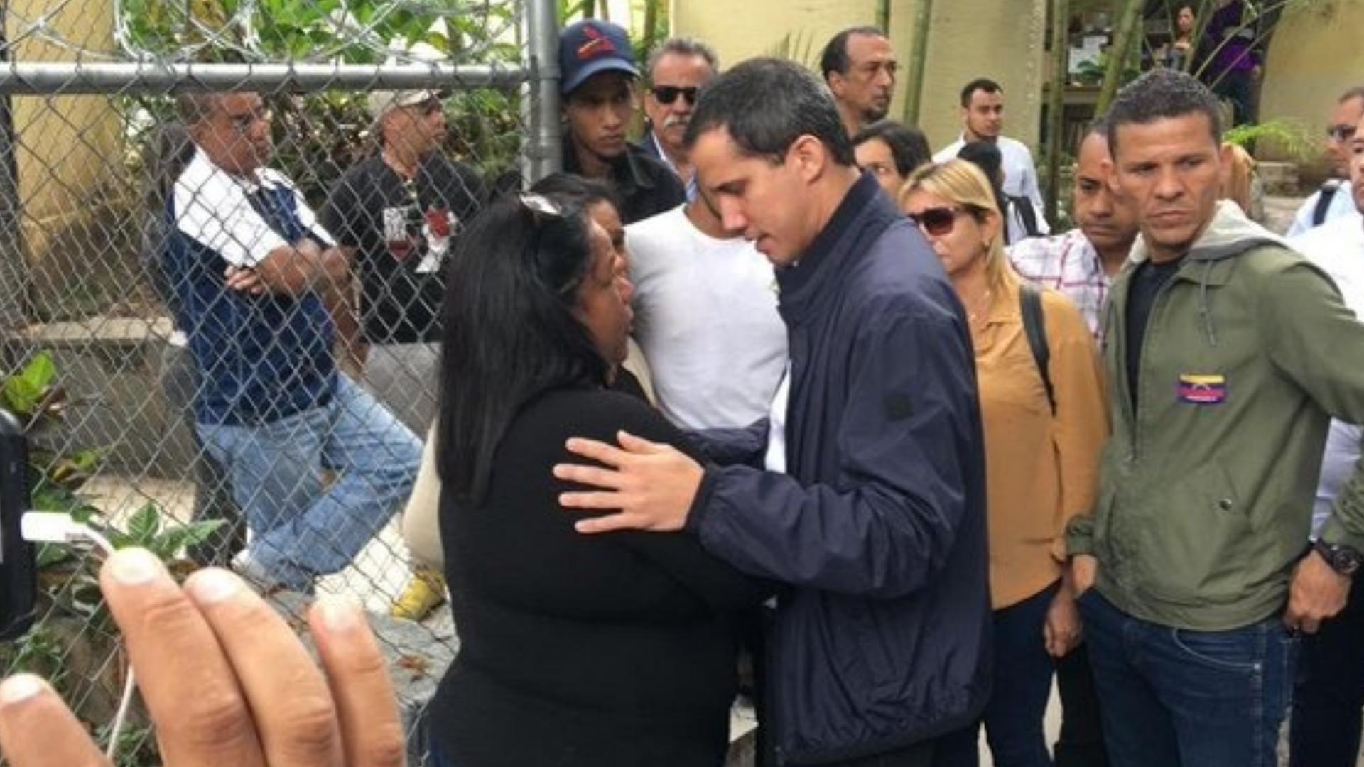 Guaidó acude a la morgue de Bello Monte para acompañar a familiares de Edmundo Pipo Rada