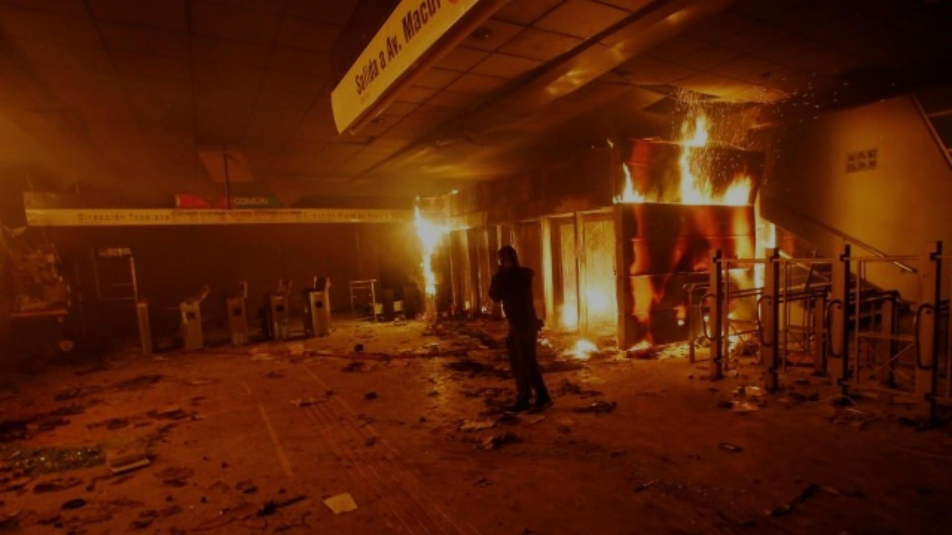 Gobierno de Chile decreta estado de emergencia por jornada vandálica en Santiago