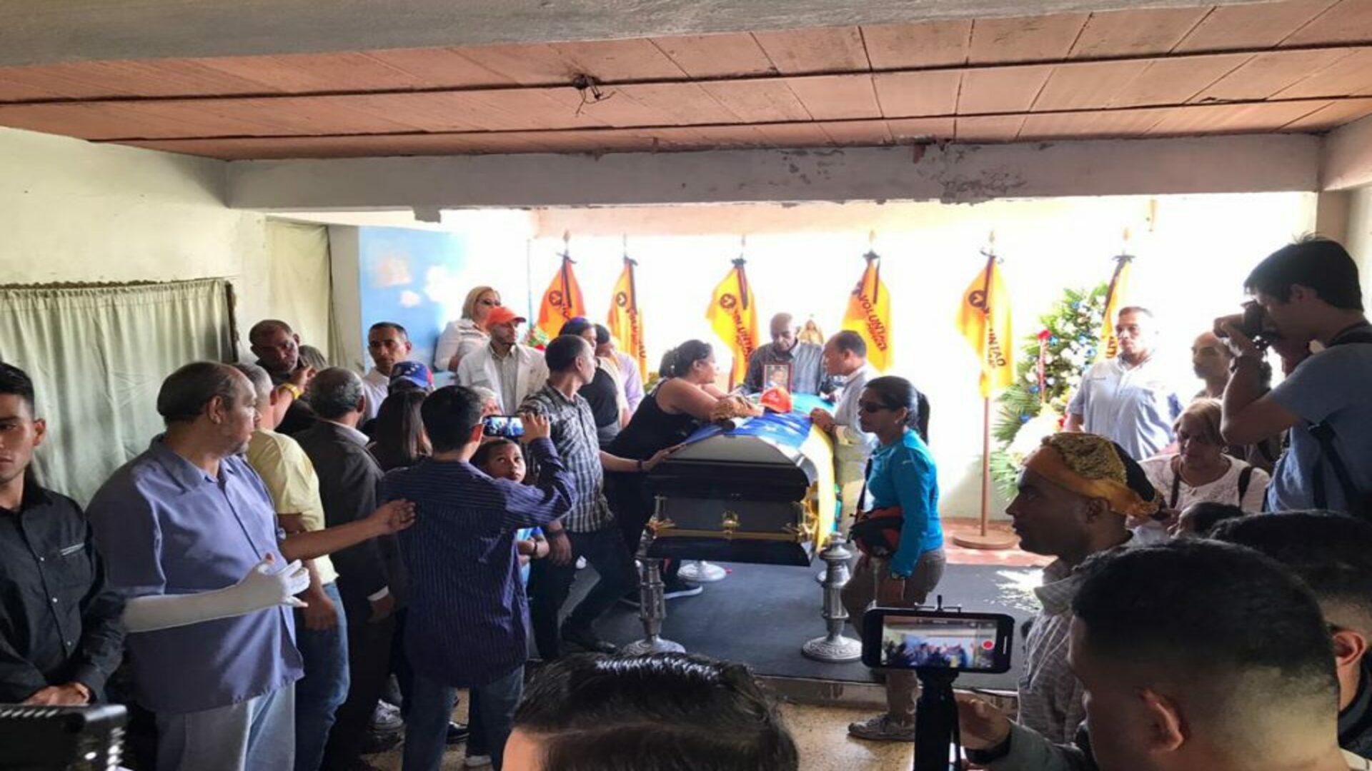 Juan Guaidó asiste al acto fúnebre de Edmundo Rada