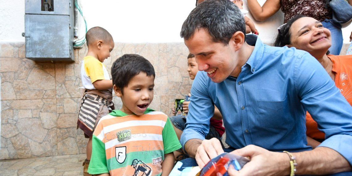 Presidente (E) Guaidó entregó regalos a niños en el estado Vargas