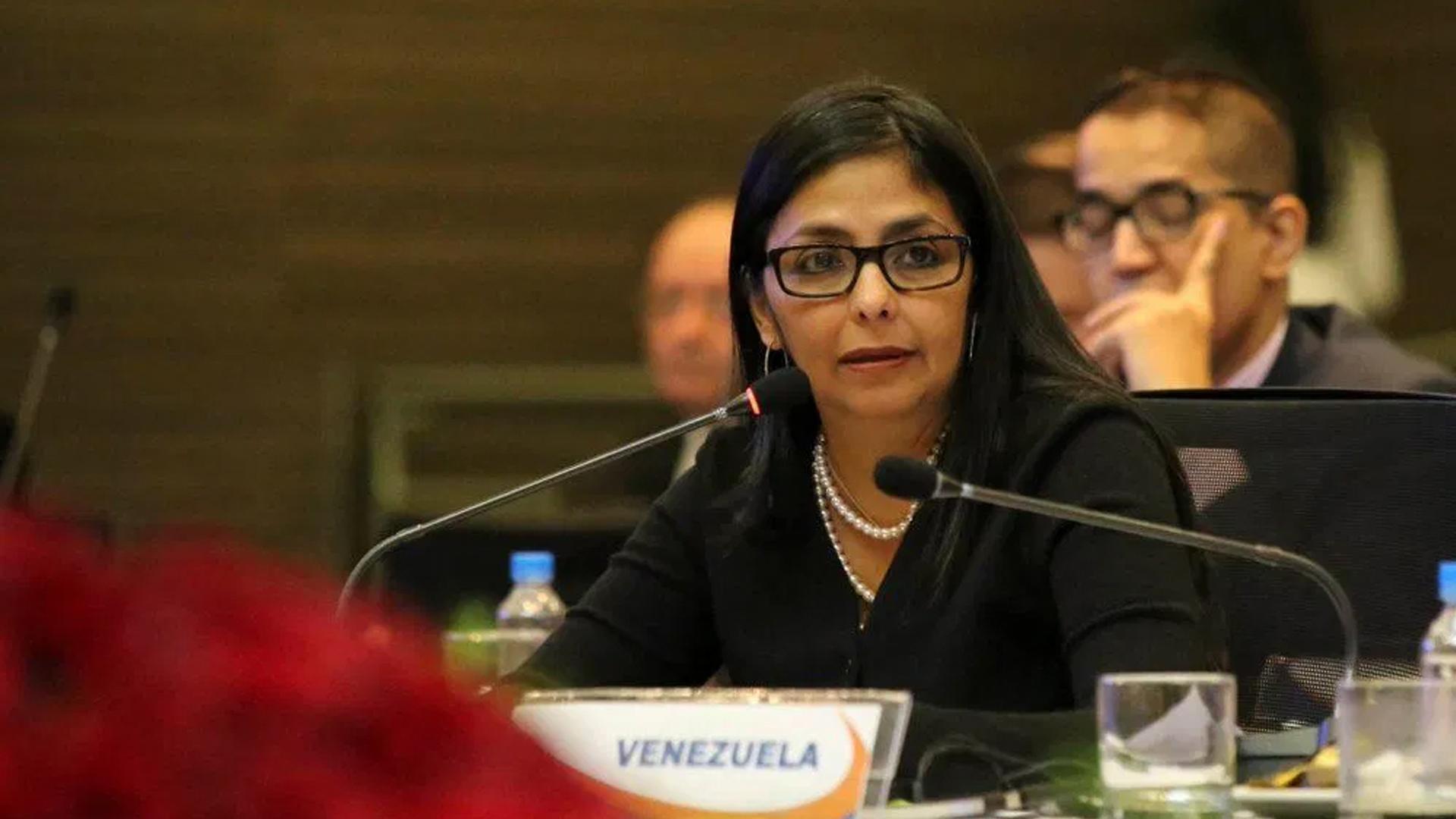 Canciller española admite que fue informada del viaje de Delcy Rodríguez