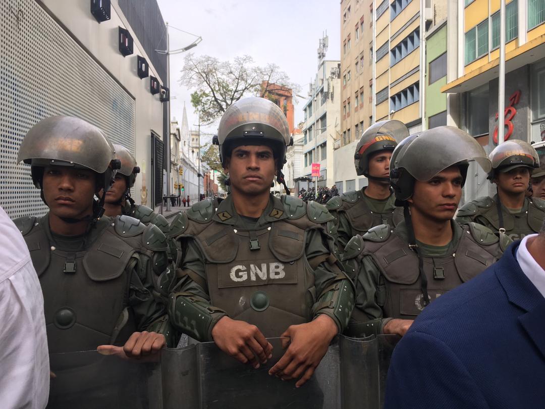 GNB detiene a periodistas debidamente identificados
