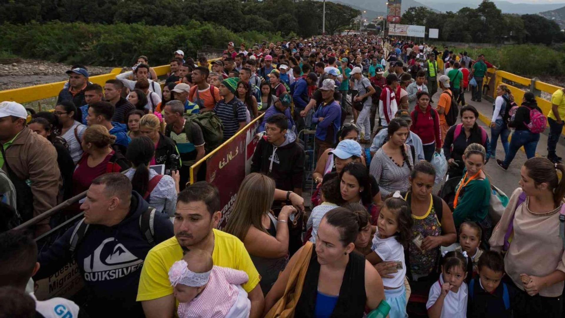 Unos 800 venezolanos quedan atrapados en frontera con Colombia al volver al país