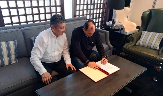 El ministro para la Educación Universitaria, Ciencia y Tecnología, Hugbel Roa y el presidente de la Corporación Industrial China Gran Muralla, Liu Qiang revisando los avances de proyectos satelitales entre ambas naciones / Foto: @hugbelpsuv