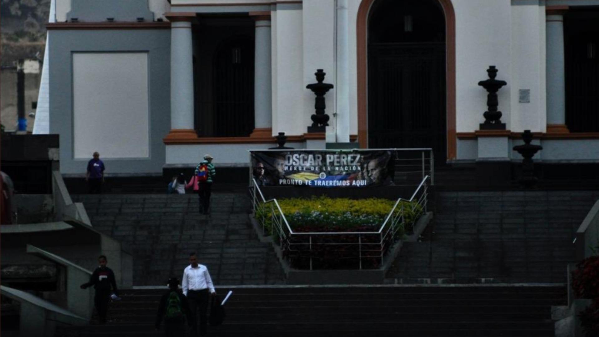 Cuelgan pancartas de Óscar Pérez en el Panteón Nacional