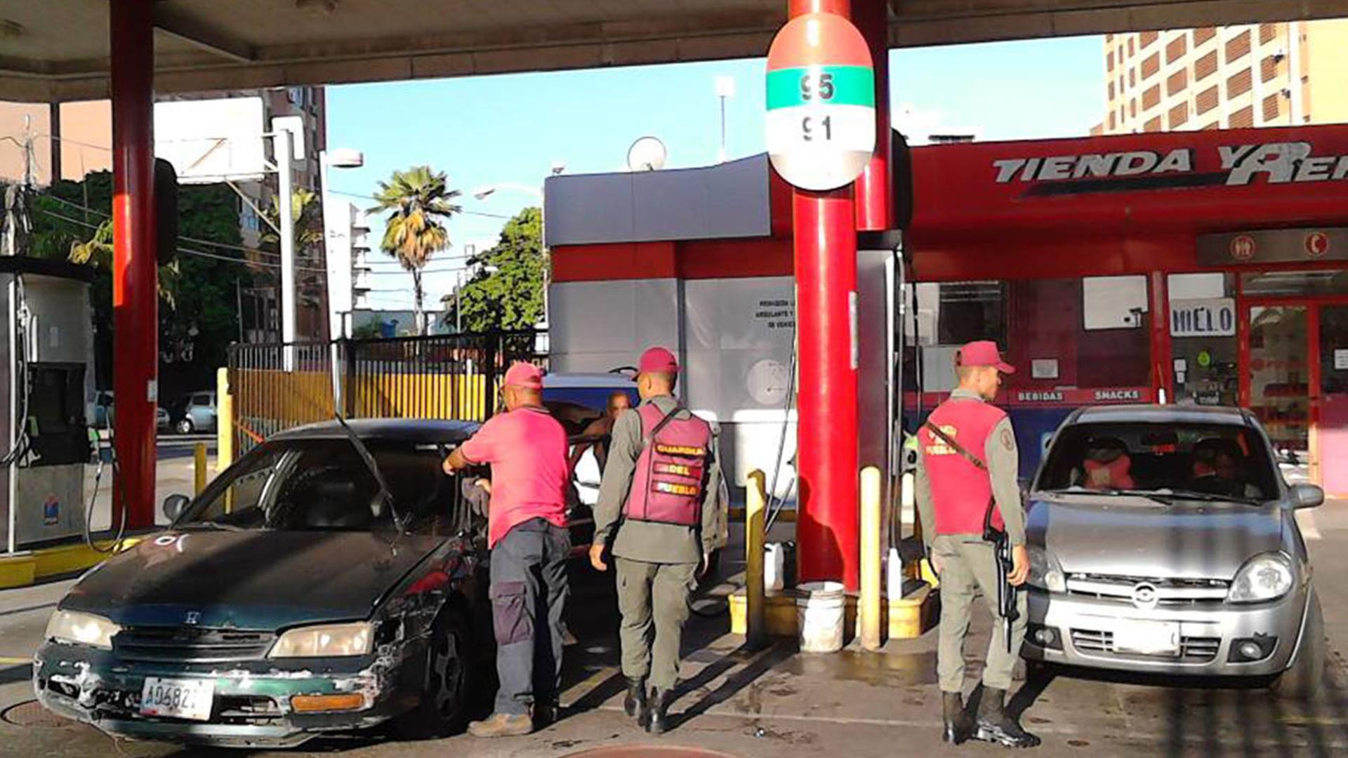 Transportistas de alimentos en Aragua denuncian pago de vacuna en divisas para echar gasolina
