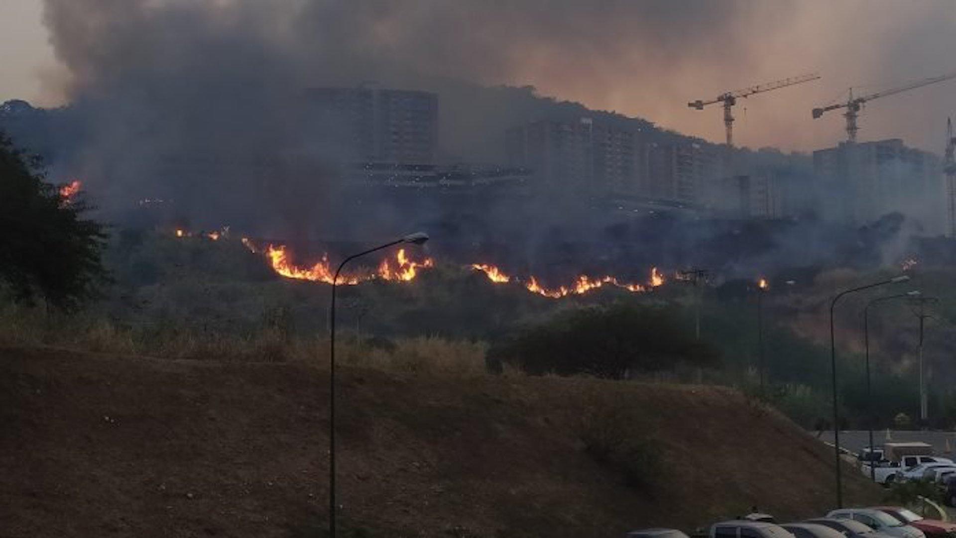 Más de 20 incendios forestales azotaron Caracas durante el fin de semana