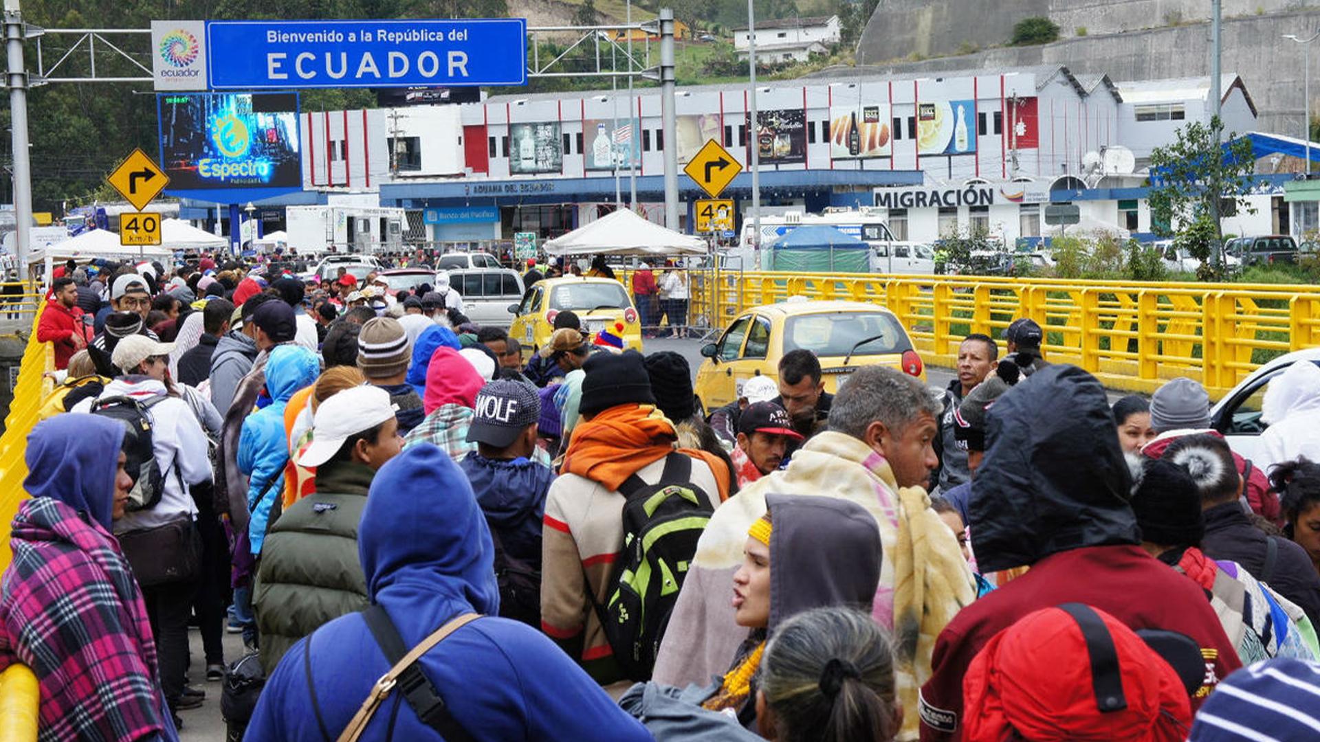 Venezolanos huyen a pie de Guayaquil ante la falta de empleo