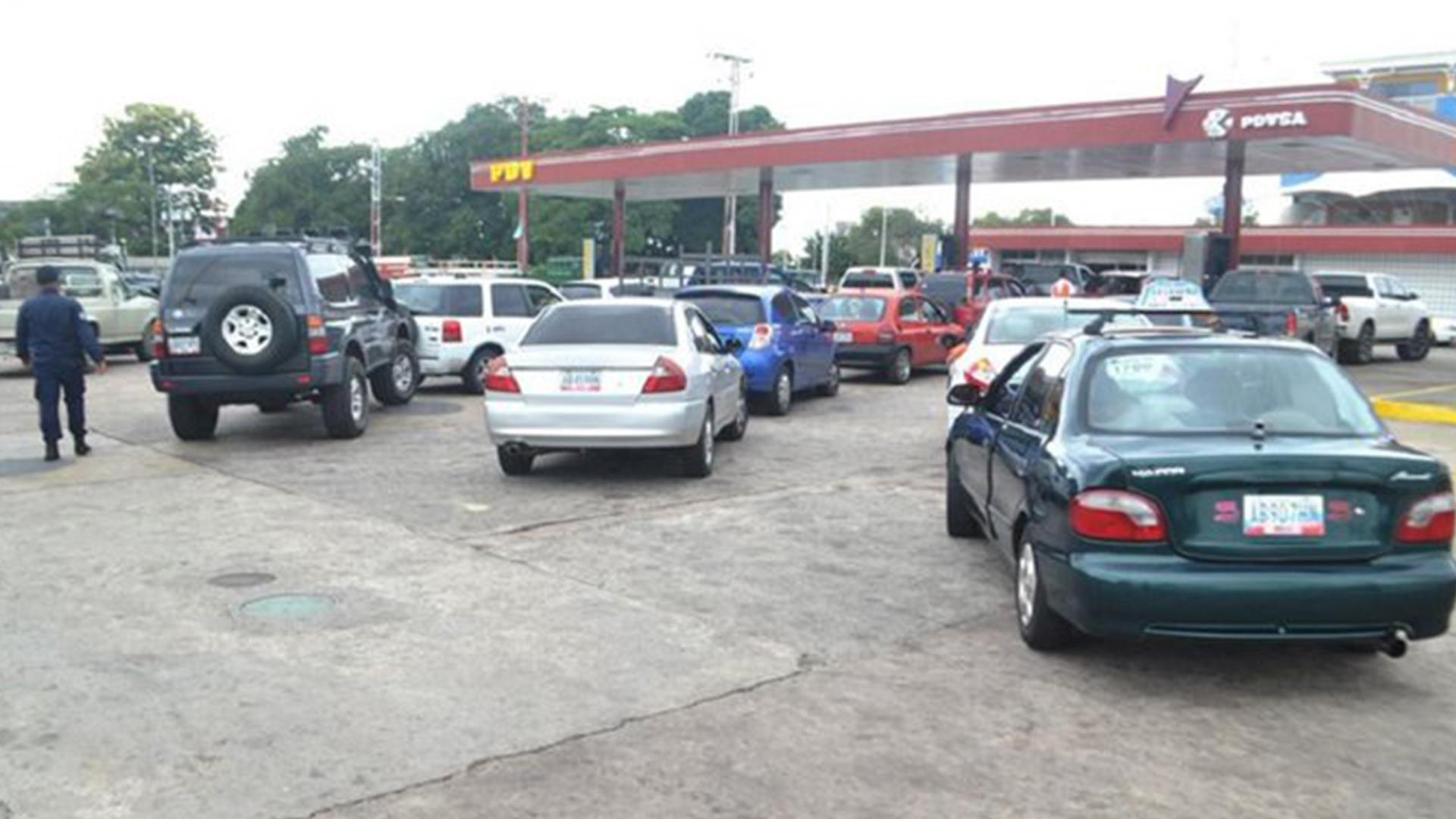 Caos, colas kilométricas y robos: así se ha vivido el esquema de suministro de gasolina en 6 regiones del país