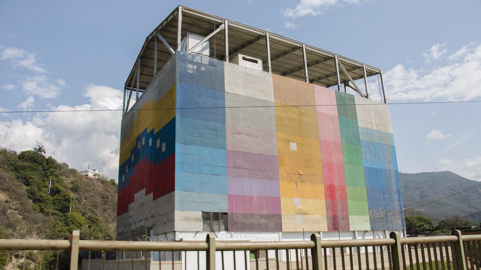 Maduro confirma que adecuarán gimnasios verticales para atender a pacientes con covid-19