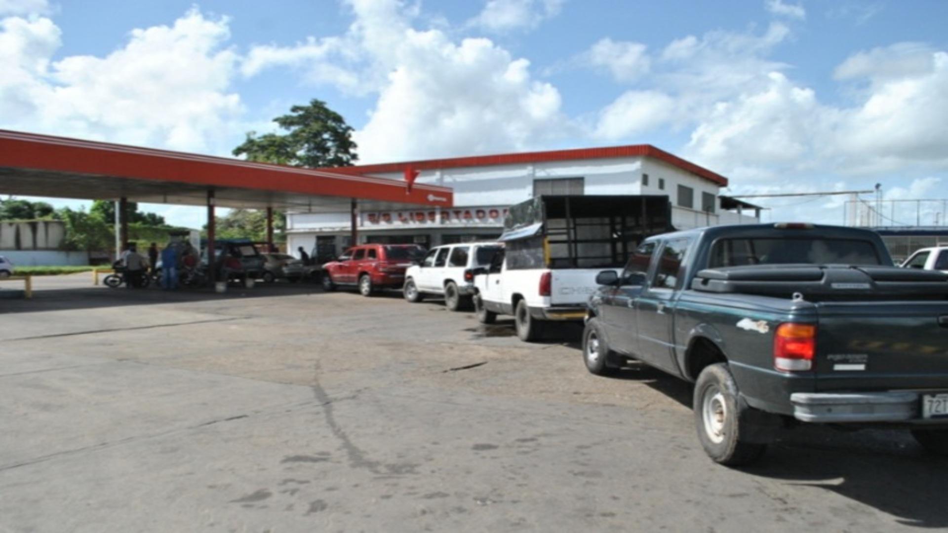 97% de los venezolanos admite haber hecho cola para surtir gasolina