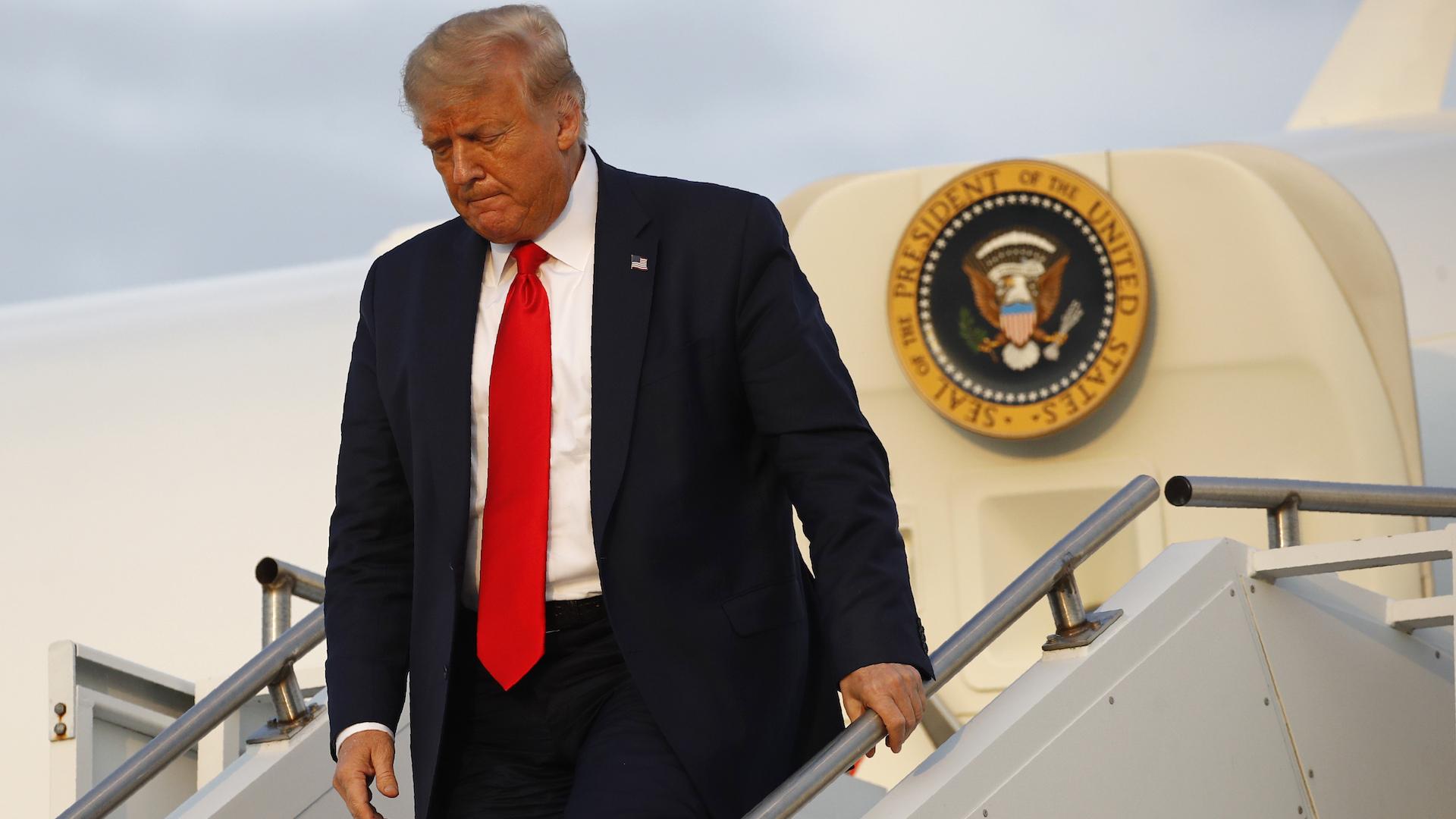Encuesta AP: Apoyo a Trump cae a su nivel más bajo