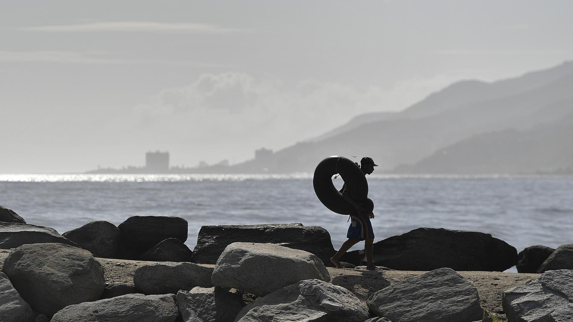 Venezolanos desafían el mar en tripas de cauchos para poder comer