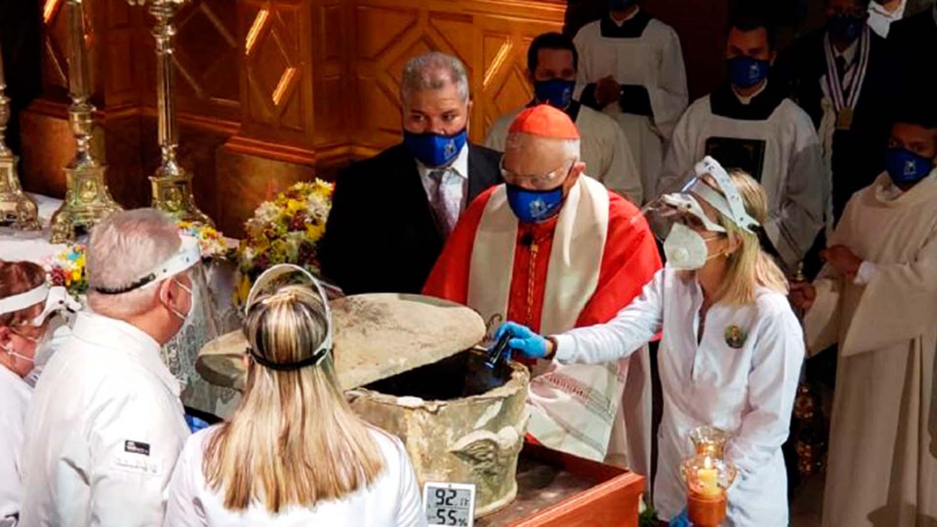 Invocación del cardenal Baltazar Porras, en el rito de exhumación de los restos del Dr. José Gregorio Hernández