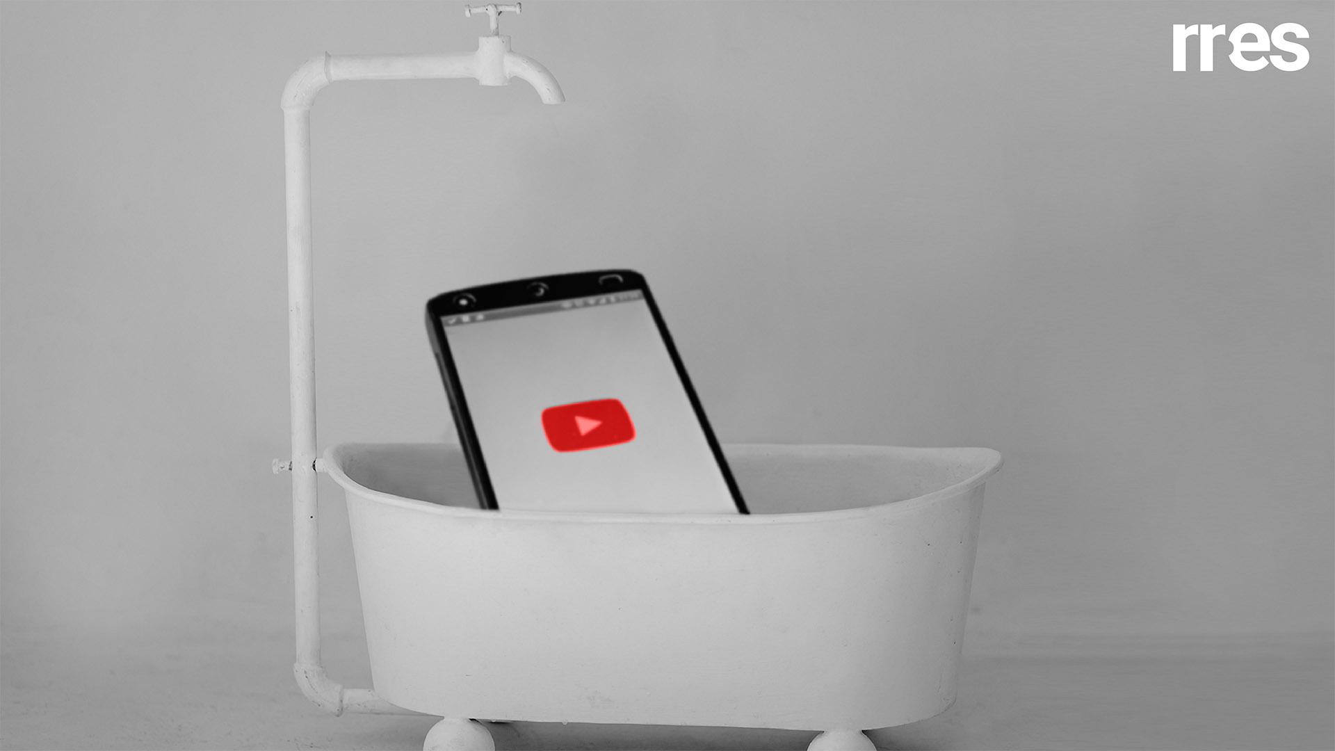 Ver Youtube bañándote, por Reuben Morales