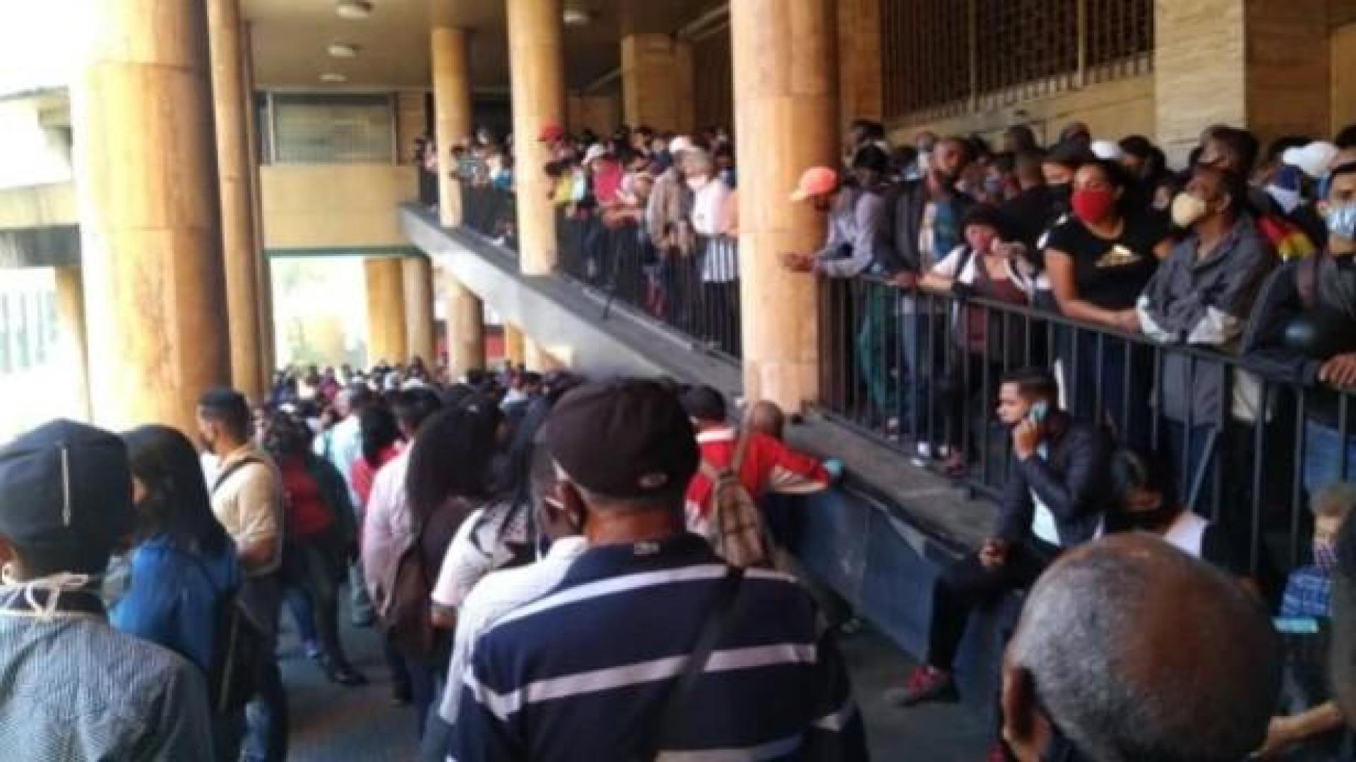 Reportan largas colas en el Saime de Plaza Caracas