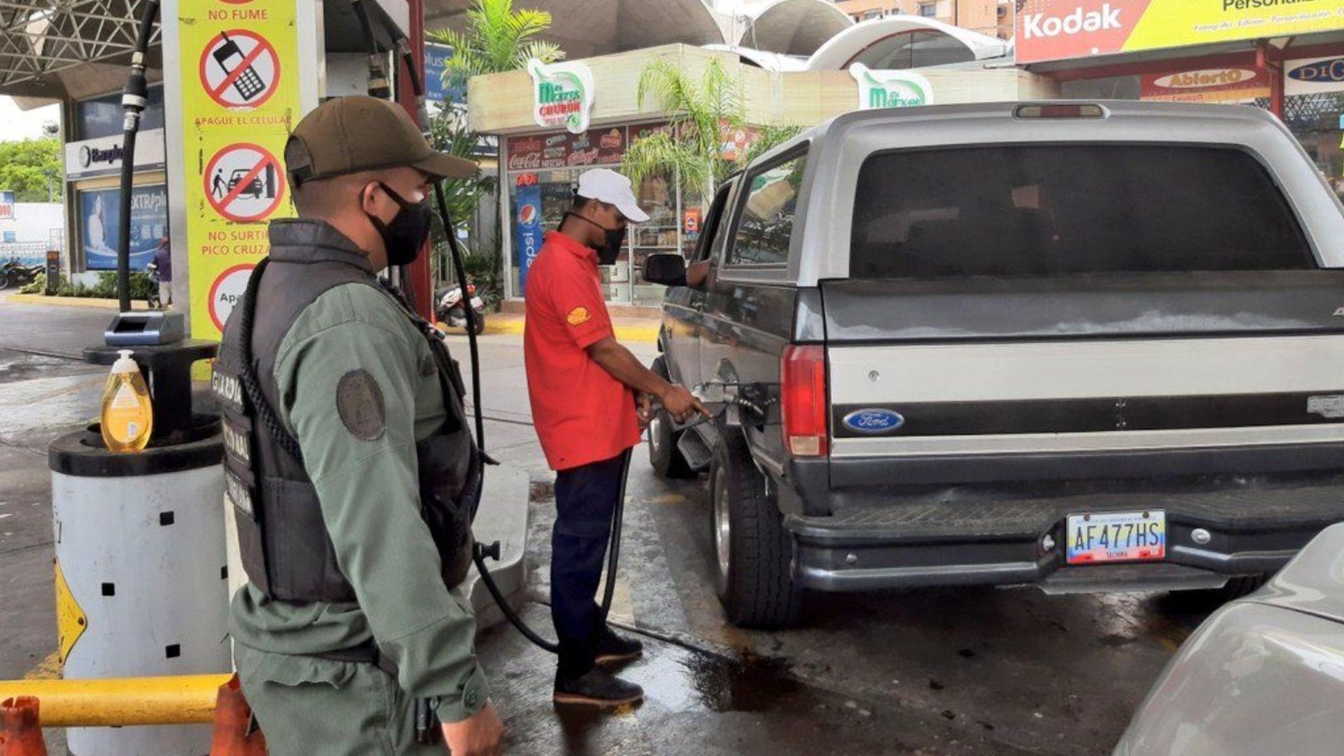 Caracas vuelve a tener largas colas por gasolina el #12Nov