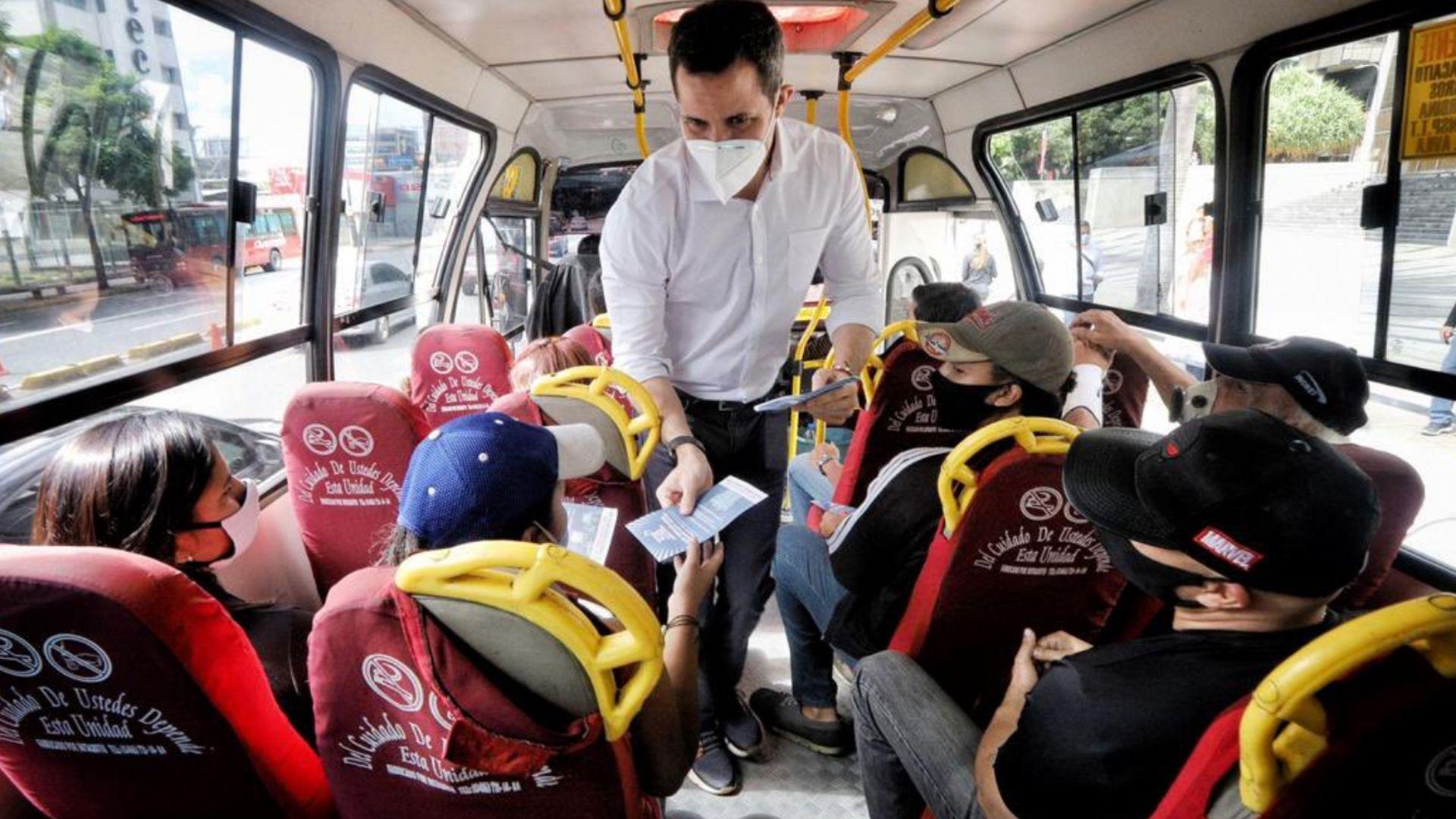 Guaidó promueve la consulta popular en transporte público