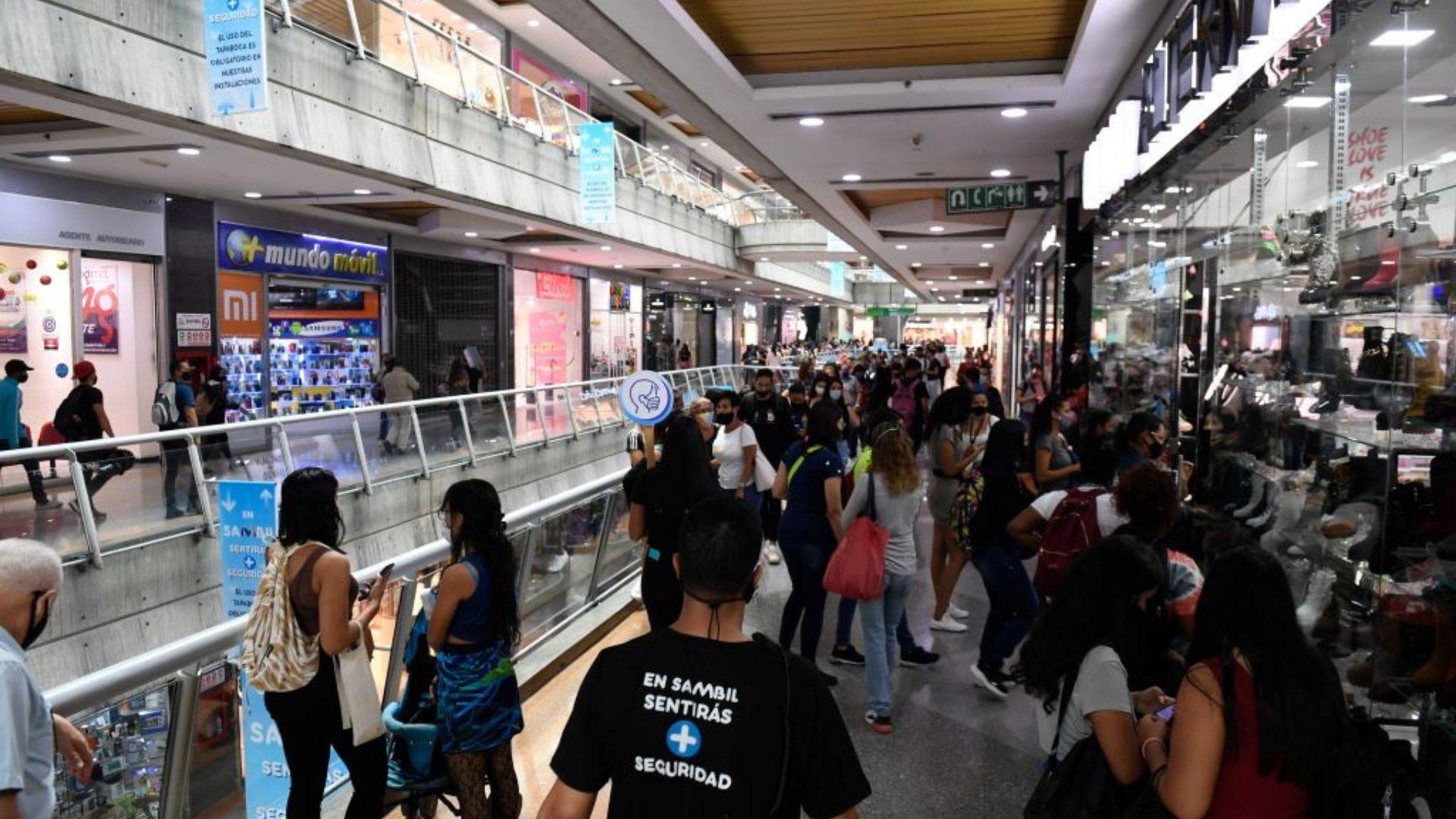 Centros comerciales piden al gobierno ampliar horarios laborales