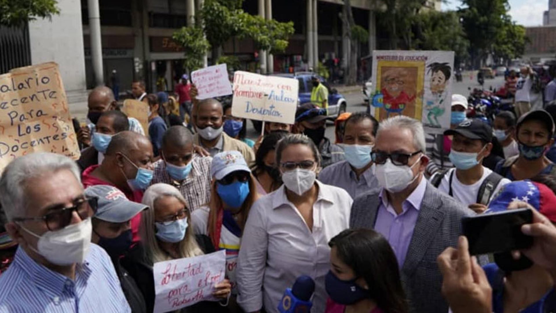 Maestros protestan en su día para exigir reivindicaciones laborales