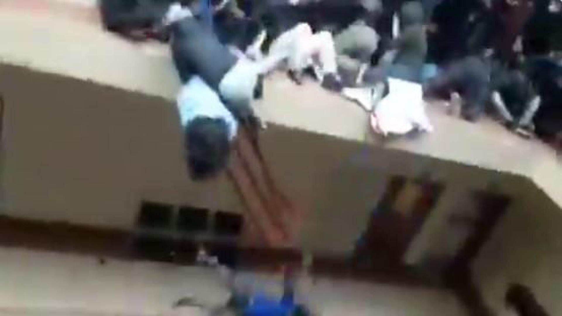 Video fuerte] Tragedia en Bolivia: 7 estudiantes mueren al caer de un  cuarto piso en universidad